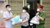 Chủ tịch UBND quận 5 Trương Minh Kiều trao túi an sinh cho người dân tại phường 14