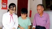 Bố bỏ rơi, mẹ mất, nữ sinh mong được giúp chữa bệnh