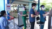 Nhân viên hướng dẫn người dân đến khám chữa bệnh tại Bệnh viện quận 7