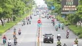 Nhiều người dân và phương tiện lưu thông trên đường Nguyễn Văn Cừ, quận 5, trưa 1-10. Ảnh: DŨNG PHƯƠNG