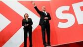 Lãnh đạo Đảng Dân chủ Xã hội (SPD), ứng cử viên hàng đầu cho vị trí thủ tướng mới của Đức, ông Olaf Scholz và phu nhân khi kết quả thăm dò sau bầu cử Quốc hội Đức được công bố ngày 26-9-2021. Ảnh: REUTERS