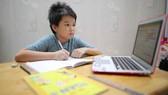 Em V.M.K (học sinh lớp 4, Trường Tiểu học Trần Khánh Dư) trong giờ học trực tuyến. Ảnh: DŨNG PHƯƠNG