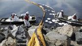 Công nhân dịch vụ môi trường xử lý sự cố, ngăn dầu lan ra ở thành phố Huntington Beach, quận Cam, bang California. Ảnh: LATIMES