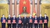 Chủ tịch nước Nguyễn Xuân Phúc trao quyết định bổ nhiệm 8 đại sứ Việt Nam tại các nước nhiệm kỳ 2021 - 2024. Ảnh: TTXVN