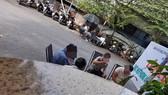 Khách ngồi uống nước, trò chuyện không đeo khẩu trang ở quán P.X. đường Phạm Văn Đồng, phường Linh Đông, TP Thủ Đức, TPHCM. Ảnh: C.T