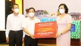Phó Chủ tịch UBND TPHCM Phan Thị Thắng trao số tiền hỗ trợ tỉnh Bình Định phòng chống dịch Covid-19