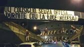 Hình nộm và biểu ngữ bên ngoài đấu trường Coluseum