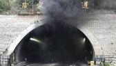 Khói đen bốc lên nghi ngút từ hiện trường vụ tai nạn ở đường hầm Taojiakuang tại thành phố Uy Hải, tỉnh Sơn Đông, Trung Quốc ngày 9-5. Ảnh: Yonhap