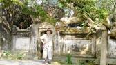Cụ Phạm Hồng Nê bên cây đại cổ thụ trước đền thờ danh nhân Lý Thường Kiệt