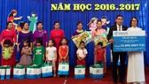 Ông Nguyễn Quang Ánh, giám đốc văn phòng tổng đại lý Fubon Life Việt Nam tại thành phố Vinh trao quà tại trường mầm non Hưng Dũng II, tỉnh Nghệ An