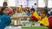 Hồ Ngọc Vy (phải) đoạt HCV cờ nhanh U8