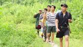 Xã đội trưởng Đinh Tân (người đi đầu) và các thành viên an ninh xã tuần tra bảo vệ rừng