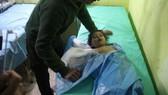 Một em nhỏ được điều trị vì ảnh hưởng của vũ khí hóa học trong vụ tấn công khả Khan Sheikhun, Syria, tháng 4-2017. Ảnh: UPI