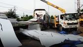 Xe đầu kéo làm rơi hàng trăm tấm thép, xe máy đi sau may mắn thoát nạn