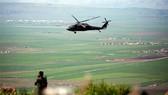 Một trực thăng Mỹ bay gần thị trấn al-Malikiyah, Syria hồi tháng 4-2017. Ảnh: AFP