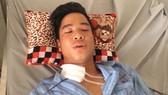 Nguyễn Thế Anh (21 tuổi, ở xã Yên Quang (huyện Kỳ Sơn, Hòa Bình) bị đạn lạc găm trúng cổ khi đang nằm trong nhà chơi điện thoại