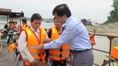 Ông Trần Văn Thọ, Phó Cục trưởng Cục ĐTNĐ Việt Nam hướng dẫn khách đi đò tại bến Dữu Lâu sử dụng áo phao cứu sinh. Ảnh: ATGT