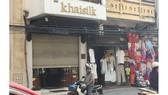 """Cửa hàng của Khaisilk ở 113 Hàng Gai, quận Hoàn Kiếm (Hà Nội) nơi người mua phát hiện khăn lụa được bán có cả nhãn mác """"made in China"""" lẫn với nhãn """"made in Vietnam"""""""