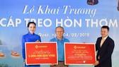 HLV Park đại diện cho U23 Việt Nam nhận quà tặng 1 tỷ đồng và voucher nghỉ dưỡng do Sun Group trao tặng