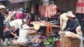 Các sạp bán thịt heo ở chợ Cây Quéo (Bình Thạnh) thu hút khá đông người mua trong những ngày cận tết
