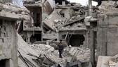 Người dân Syria là nạn nhân trực tiếp của chiến tranh. Trong ảnh là cảnh đổ nát ở thị trấn Douma, Đông Ghouta. Ảnh: Reuters