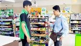 Nhân viên công ty CP Cấp nước Chợ Lớn thu tiền bằng smartphone trong chương trình hóa đơn điện tử
