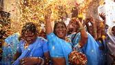 Những phụ nữ góa chồng chống lại hủ tục, vui đùa tại lễ Holi