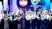 Các đồng chí lãnh đạo tặng hoa các doanh nghiệp, nhà hảo tâm trong chương trình