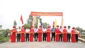 Nguyên Chủ tịch nước Trương Tấn Sang cùng ban lãnh đạo HDTC cắt băng khánh thành cầu tại xã Hòa Khánh Nam, Long An