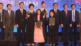 Trưởng ban Tuyên giáo Trung ương Võ Văn Thưởng trao Giải Bông sen vàng cho ê kíp phim Song Lang