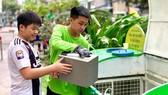 Đem rác thải điện tử đến điểm thu gom để tái chế