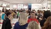 Người tiêu dùng xếp hàng mua hàng giảm giá