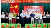 Bí thư Thành ủy TPHCM Nguyễn Thiện Nhân trao quà tết các gia đình chính sách huyện Thăng Bình (Quảng Nam). Ảnh: NGUYỄN CƯỜNG
