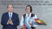 Thủ tướng Nguyễn Xuân Phúc tặng hoa Nhà nghiên cứu văn hóa Nguyễn Hải Liên