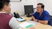 TS – BS Đỗ Minh Hùng, Trưởng khoa Ngoại, Bệnh viện Vinmec Central Park tư vấn cho người bệnh về hình thức phẫu thuật về trong ngày