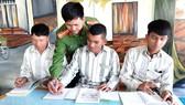 Thượng úy Lê Văn Thế dạy chữ cho các phạm nhân