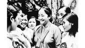 Cô Ba Định với các nữ đại biểu dự Đại hội Anh hùng - Chiến sĩ thi đua miền Nam lần thứ 2, tháng 9-1969. Ảnh: Tư liệu