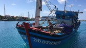 Trung tâm Hậu cần - Kỹ thuật thị trấn Trường Sa giúp tàu cá của ngư dân bị hỏng máy