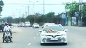 Hàng chục ô tô lưu thông trên đường đoạn qua địa phận huyện Hương Khê, được cho là tham gia đoàn rước dâu vào trưa 31-3