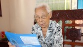 Đồng chí Lê Thị Văn (phường Linh Chiểu, quận Thủ Đức) ủng hộ toàn bộ 15 triệu đồng khi nhận Huy hiệu 70 năm tuổi Đảng. Ảnh: NGỌC TIẾN