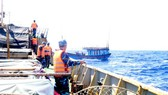 Vùng 2 Hải quân cứu 4 ngư dân bị tai nạn lao động trên biển