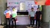 NGND.PGS.TS Hồ Thanh Phong – Hiệu trưởng Đại học Quốc tế Hồng Bàng chụp ảnh lưu niệm với thầy trò Khoa Điện tử - Tự động hóa bên chiếc máy do Khoa tự sản xuất