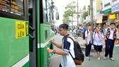 Học sinh Trường THCS Minh Đức, quận 1 đi xe buýt. Ảnh: CAO THĂNG