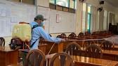 Trường THPT Trưng Vương phun thuốc khử khuẩn để phòng tránh dịch bệnh