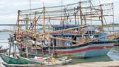 Ngư dân Quảng Nam tất bật chuẩn bị ngư cụ, trữ những bao đá cho chuyến vươn khơi đánh bắt trên vùng biển thuộc chủ quyền Việt Nam. Ảnh: NGỌC PHÚC