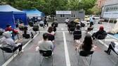 Người dân xếp hàng chờ xét nghiệm Covid-19 tại Seoul, Hàn Quốc ngày 12-5-2020. Ảnh: Yonhap/TTXVN