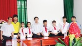 Công ty TNHH MTV Xổ số kiến thiết tỉnh Đồng Tháp trao học bổng cho học sinh có hoàn cảnh khó khăn huyện Tam Nông