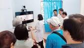 Bác sĩ tại Trạm Y tế trao đổi với bệnh nhân qua hệ thống khám chữa bệnh từ xa. Ảnh: Thanhuytphcm.vn