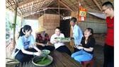 Du khách thích thú khi được tự tay làm bánh ở khu du lịch Cồn Chim (Trà Vinh)
