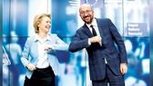 Chủ tịch EC Ursula von der Leyen và Chủ tịch Hội đồng châu Âu Charles Michel chúc mừng thành công của hội nghị thượng đỉnh EU